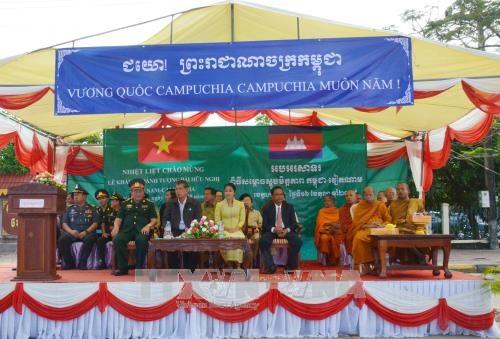 设在戈公省省会克马拉普明市的越柬友谊纪念碑正式落成 hinh anh 1
