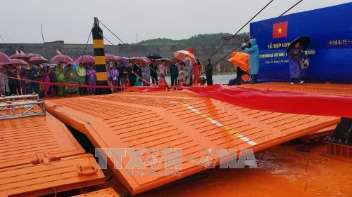 广宁省横跨卡龙河的临时浮桥正式合龙 hinh anh 1