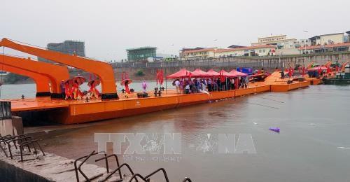 广宁省横跨卡龙河的临时浮桥正式合龙 hinh anh 3