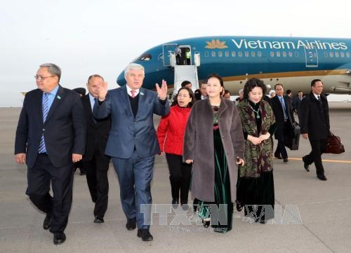 越南国会主席阮氏金银抵达阿斯塔纳 与旅哈萨克斯坦越侨会面 hinh anh 1