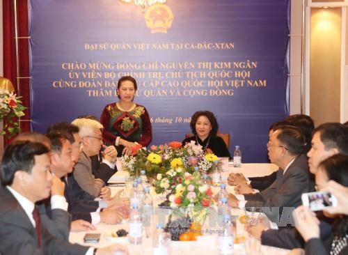 越南国会主席阮氏金银抵达阿斯塔纳 与旅哈萨克斯坦越侨会面 hinh anh 3