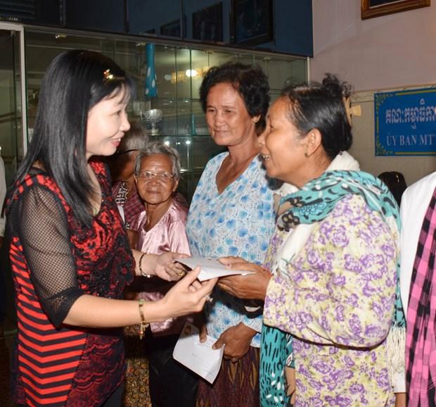 越南安江省和芹苴市向柬埔寨贫困者赠送礼物 hinh anh 2