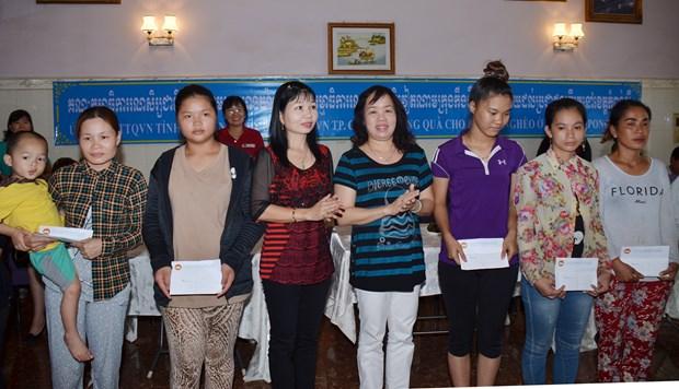 越南安江省和芹苴市向柬埔寨贫困者赠送礼物 hinh anh 1