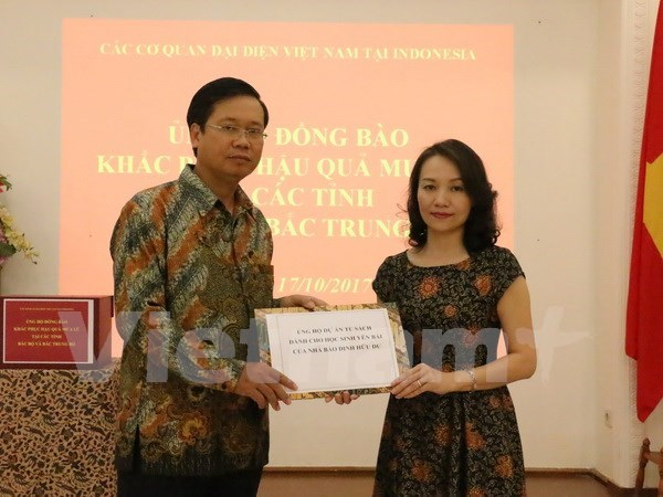 在印尼越南人捐款支持国内受灾群众 协助实现丁有余记者的梦想 hinh anh 2