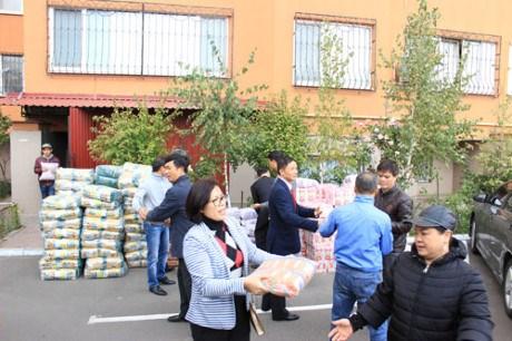 旅乌克兰越南人向乌克兰困难群众提供粮食援助 hinh anh 1