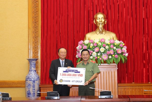 韩国Charmvit集团向越南人民公安荣军烈士儿女颁发奖学金 hinh anh 1