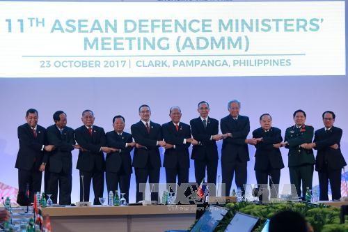 吴春历出席东盟国防部长与中日美国防部长的会晤 hinh anh 1