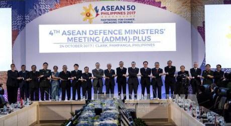 东盟国防部部长扩大会议强调了东盟在地区安全框架的作用 hinh anh 1