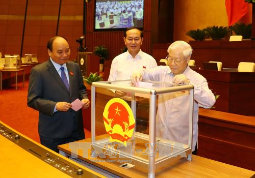 越南第十四届国会第四次会议:表决通过政府两名成员任命事宜 hinh anh 1