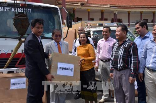 越南政府援助柬埔寨发射机交接仪式在金边举行 hinh anh 1