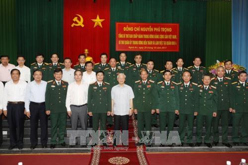阮富仲总书记与第四军区司令部举行工作会谈 hinh anh 2