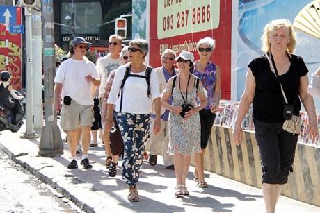 10月份越南接待国外游客量继续达100万人次以上 hinh anh 1