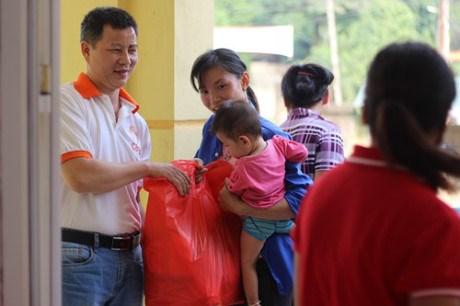 越南国际救助贫困组织协助和平省灾民恢复生产生活秩序 hinh anh 1