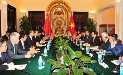 越南政府副总理兼外长范平明与中国外长王毅举行会谈 hinh anh 1