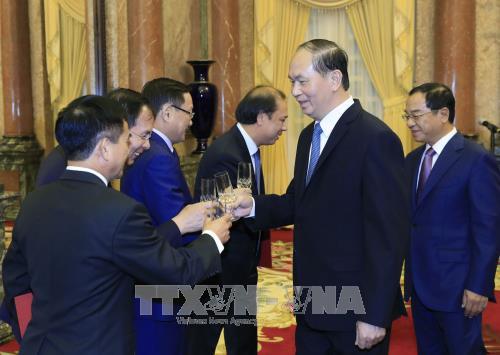 国家主席陈大光向5位外交人员授予大使衔 hinh anh 2