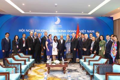 越南政府总理阮春福密集会见出席越南商务峰会的各国企业代表团 hinh anh 1