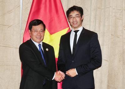 政府副总理兼外长范平明会见日本外务大臣与世界经济论坛执行董事 hinh anh 1
