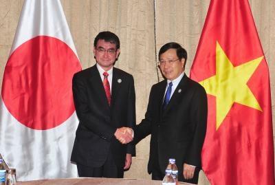 政府副总理兼外长范平明会见日本外务大臣与世界经济论坛执行董事 hinh anh 2