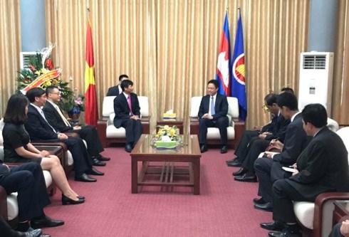 越南外交部庆祝柬埔寨王国国庆64周年 hinh anh 1