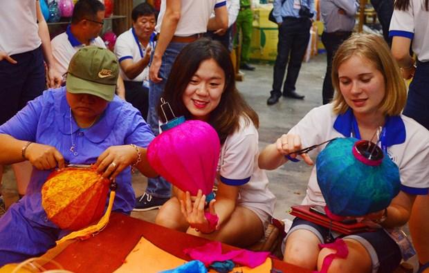 APEC 青年代表团走访广南省体验当地居民生活 了解地方特色 hinh anh 3