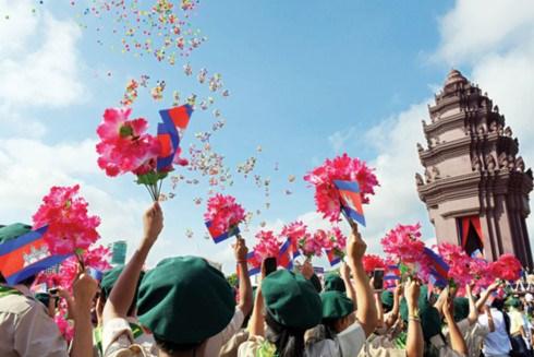 越南党和国家领导致电柬方领导庆祝柬埔寨国庆64周年 hinh anh 1