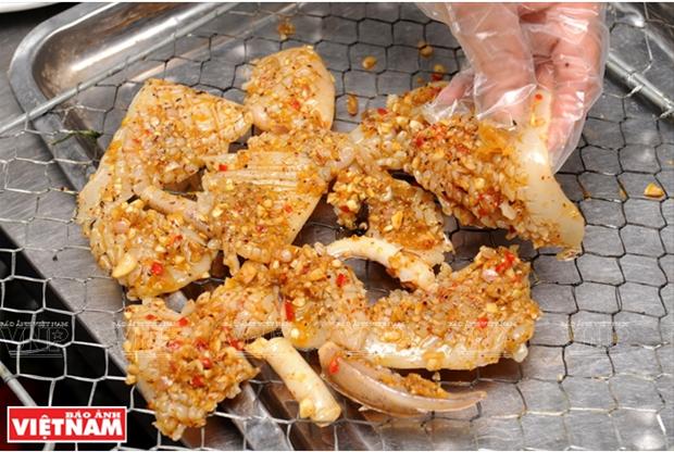 越南美食:香茅辣椒烤鱿鱼 hinh anh 2