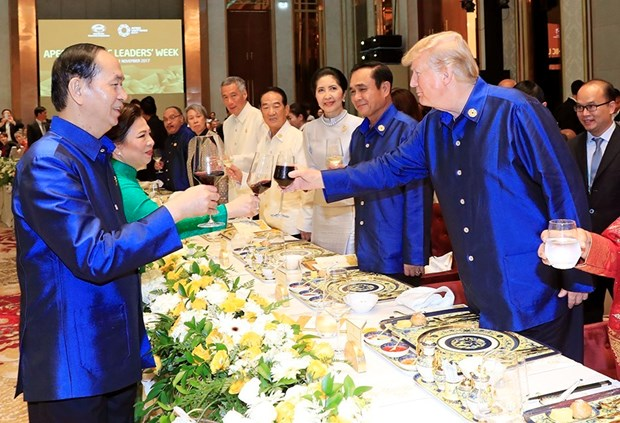 2017年APEC会议:越南国家主席陈大光主持晚宴 欢迎APEC领导人夫妇 hinh anh 2