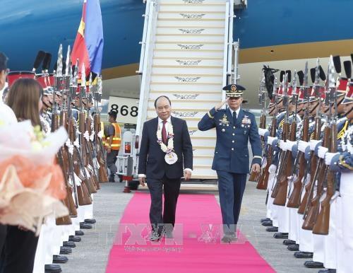 政府总理阮春福抵达菲律宾克拉克国际机场 开始出席东盟峰会之行 hinh anh 1