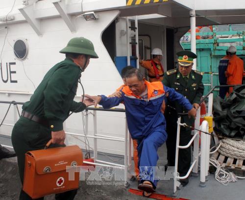菲律宾向越南移交江海号3名船员 hinh anh 1