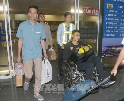 在菲律宾获救的越南船员已安全回国 hinh anh 1