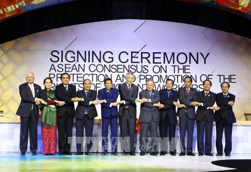 越南政府总理圆满结束出席第31届东盟峰会及系列会议之行 hinh anh 1