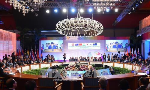 越南政府总理圆满结束出席第31届东盟峰会及系列会议之行 hinh anh 2