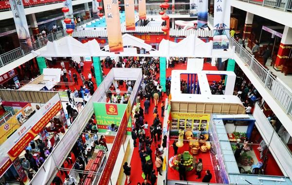 第17届越中(老街)国际贸易交易会吸引参观者人数多达10余万人次 hinh anh 1