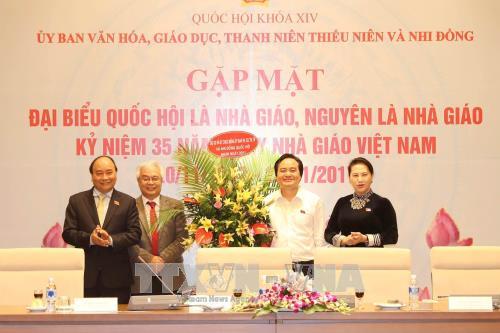 越南政府总理、国会主席会见教师、原教师国会代表 hinh anh 1