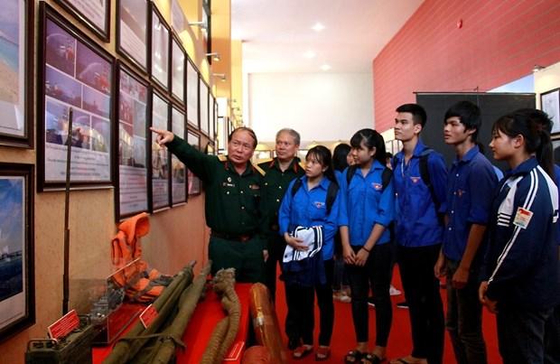 """""""黄沙和长沙归属越南:历史证据和法律依据"""" 资料图片展在富寿省举行 hinh anh 2"""