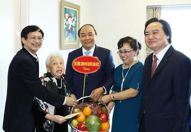 越南政府总理阮春福教师节走访慰问越南教师代表 hinh anh 1