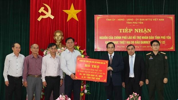 老挝政府协助越南富安省第十二号台风受灾群众开展恢复重建工作 hinh anh 1
