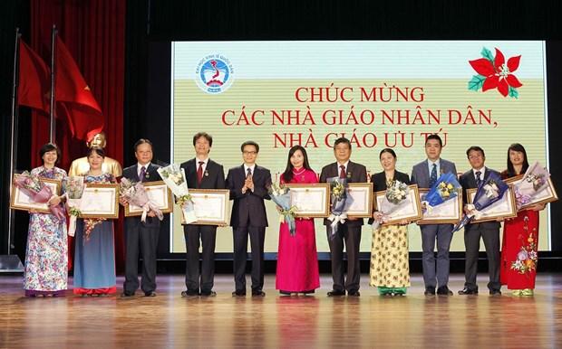 政府副总理武德儋出席国民经济大学的11.20越南教师节35周年纪念典礼 hinh anh 3