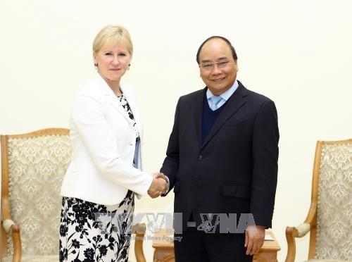 政府总理阮春福会见老挝和瑞典客人 hinh anh 2