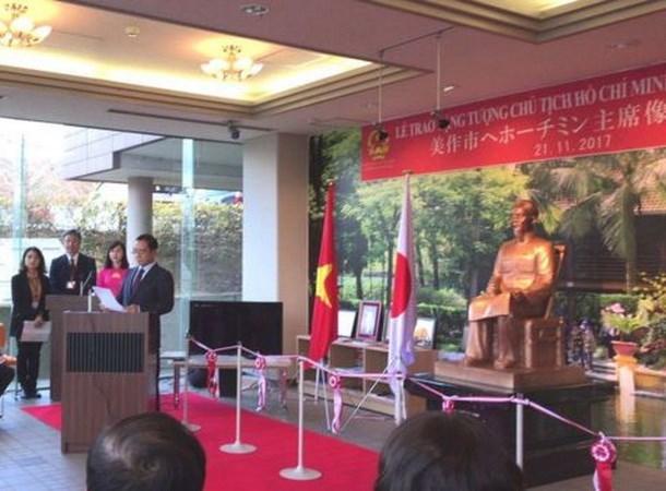 越南向日本美作市赠送胡志明主席塑像 hinh anh 1