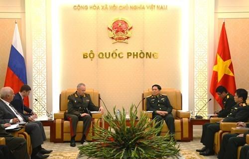 越南国防部长吴春历会见俄罗斯国防部高级代表团 hinh anh 1