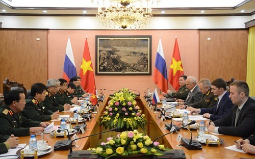 越南国防部长吴春历会见俄罗斯国防部高级代表团 hinh anh 2