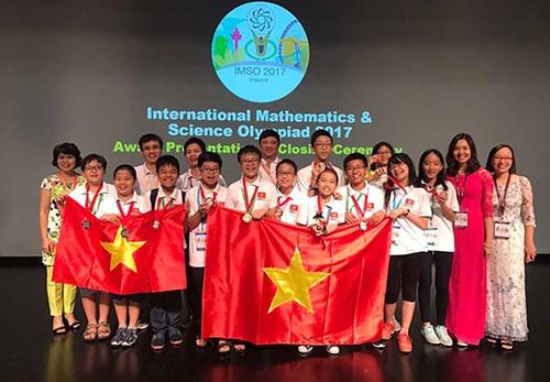参加国际数学与科学奥林匹克竞赛的12名越南学生均获奖 hinh anh 1