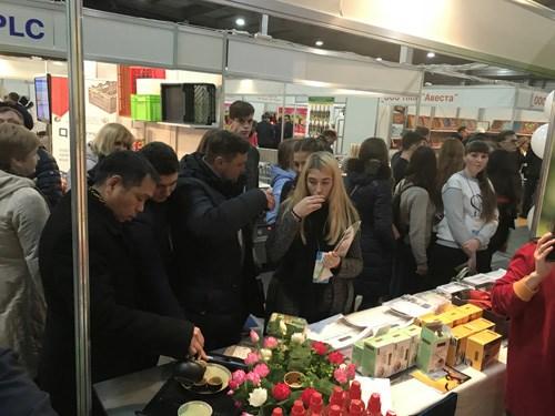 2017年乌克兰国际食品展:越南展位吸引众多参观者驻足观看 hinh anh 2
