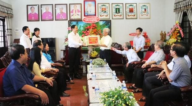 越南祖国阵线中央委员会主席陈青敏向安江省信教群众致以圣诞祝福 hinh anh 1