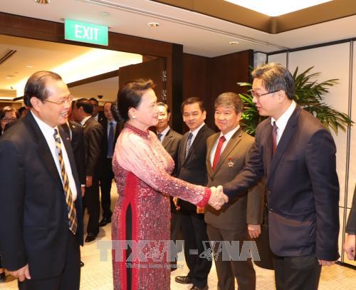 越南国会主席阮氏金银会见对越投资的新加坡企业代表 hinh anh 1