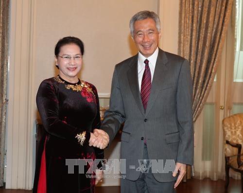 越南国会主席阮氏金银会见新加坡总理李显龙 hinh anh 1