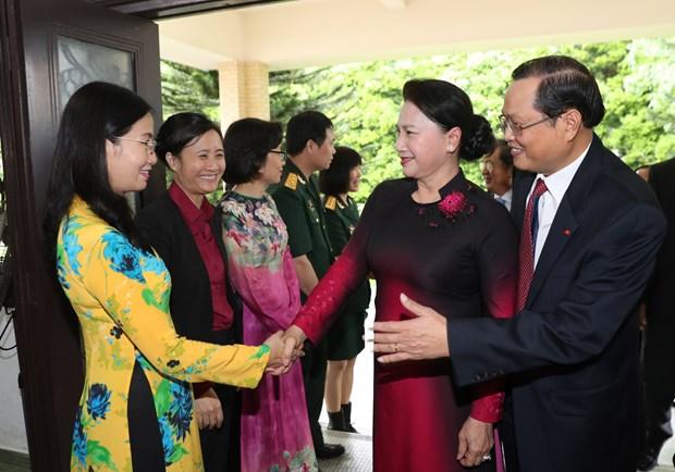 越南国会主席阮氏金银造访驻新加坡大使馆:为越新合作关系开辟新前景 hinh anh 1