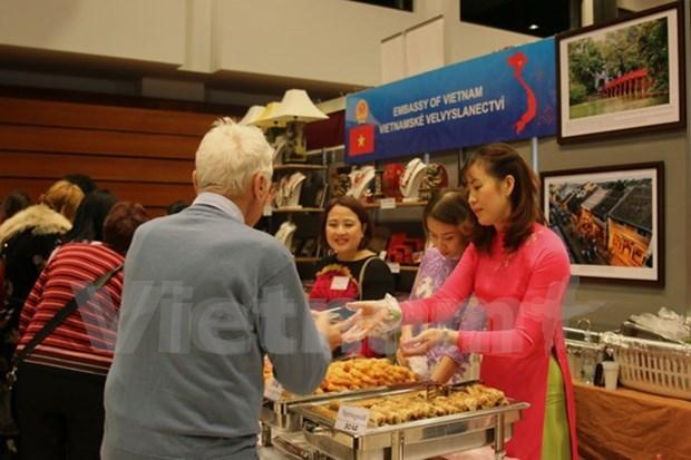 2017年布拉格圣诞慈善义卖活动:越南展位吸引了众多现场参观者的浓厚兴趣 hinh anh 1