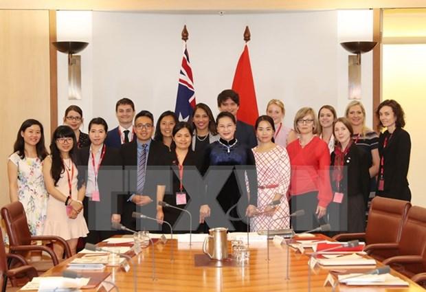 国会主席阮氏金银会见在越南学习的澳大利亚大学生 hinh anh 1